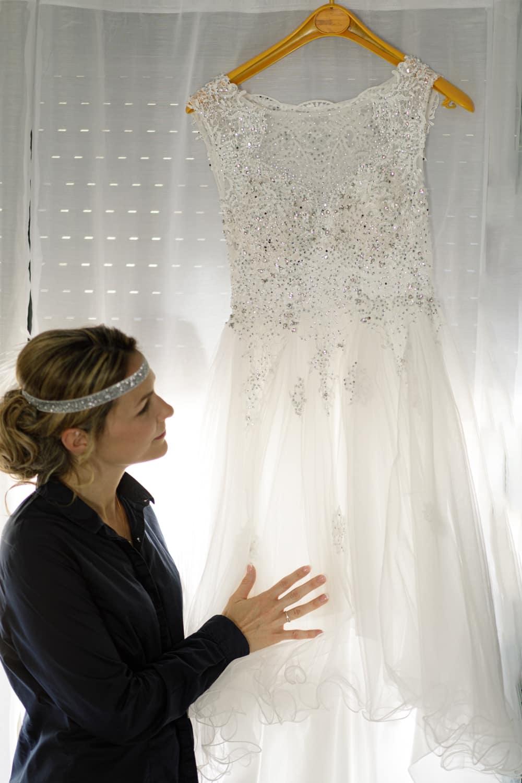 la mariée qui prepare sa robe