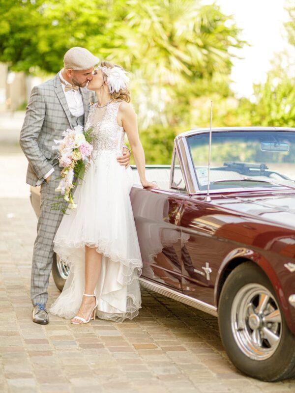 seance de couple avec une veille voiture