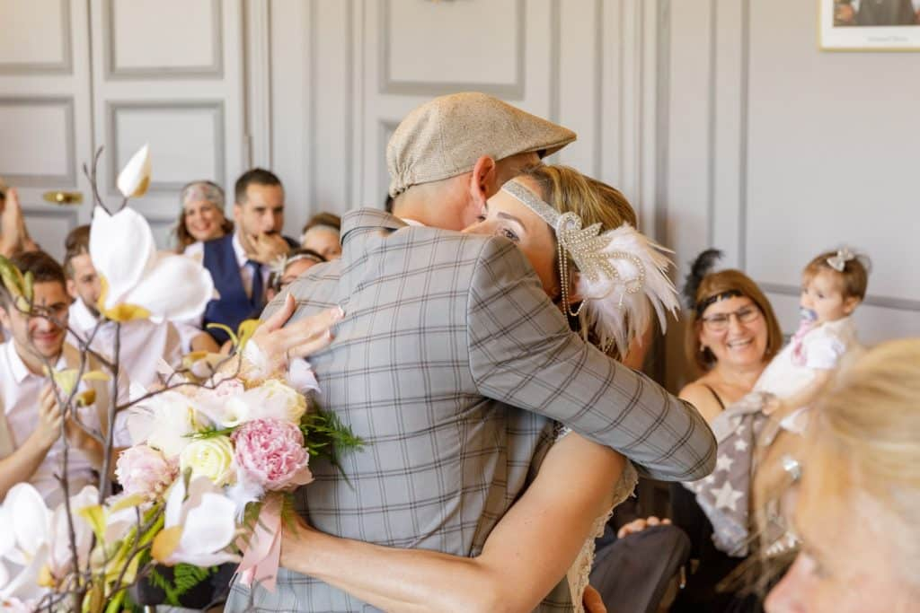 les mariés s' entrelassent a la mairie