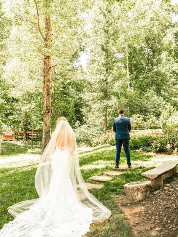 le marié va découvrir sa femme 1er regard dans un parc à paris