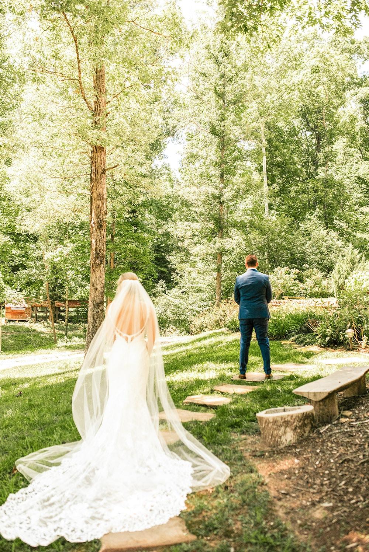 photographe mariage paris le marié va découvrir sa femme 1er regard dans un parc à paris