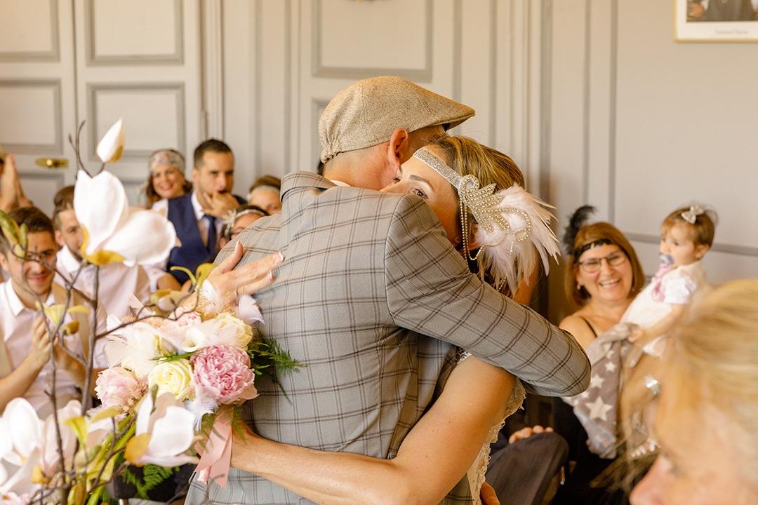 photo des mariés à la mairie qui se félicitent