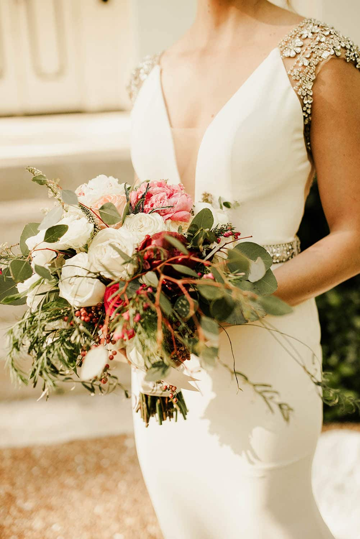 photographe-mariage-mariee-robe-bouquet-face-a-la-vitre