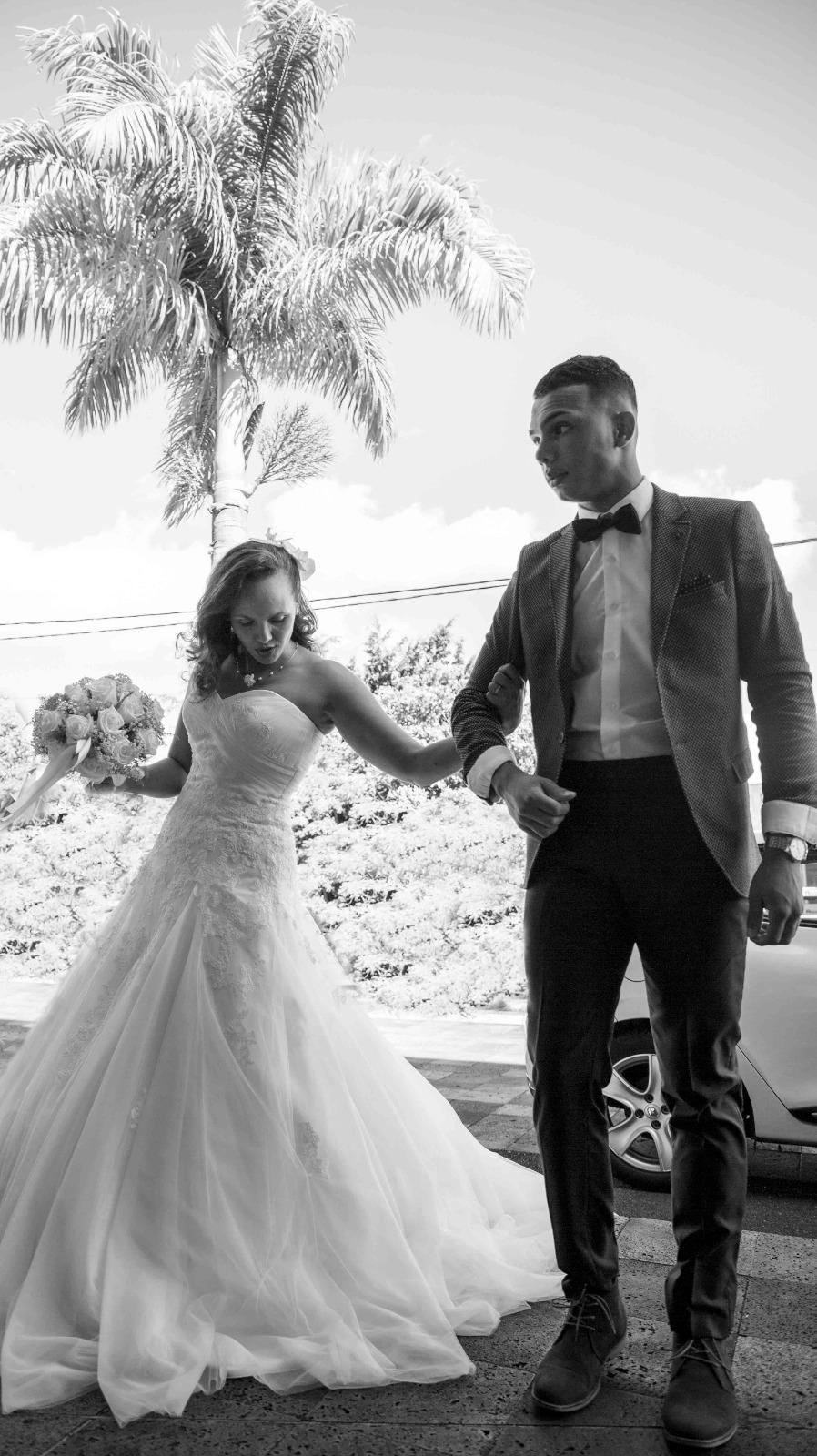couple de marié entrant a la mairie