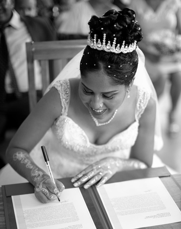 signature de la mariée a la mairie